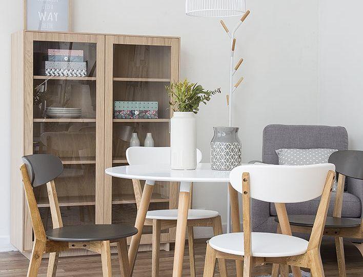 mesa-redonda-con-sillas-ideas-para-instalar-tus-sillas-on-line