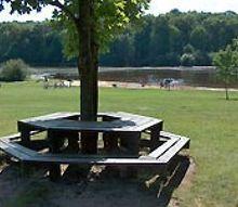 mesas-con-bancos-de-madera-trucos-para-instalar-la-mesa-on-line
