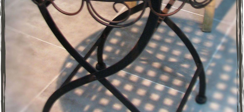 mesas-de-hierro-para-jardin-trucos-para-instalar-la-mesa