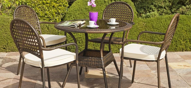 mesas-de-mimbre-para-terrazas-trucos-para-montar-la-mesa-online